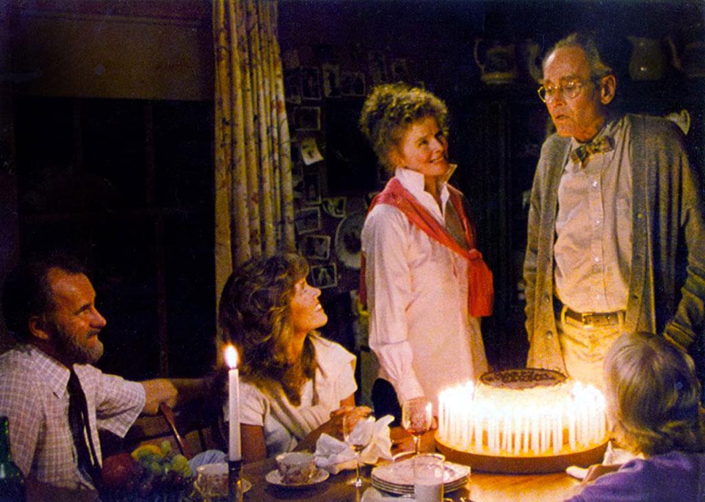 Henry Fonda, Katharine Hepburn, Jane Fonda, Dabney Coleman, Doug McKeon dans La maison du lac