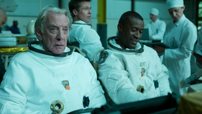 Brad Pitt, Donald Sutherland, Sean Blakemore dans Ad Astra